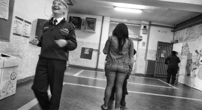 Vite in sospeso. Viaggio nel carcere femminile di Rebibbia